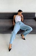 Хлопковые slouchy-джинсы на завышенной талии с защипами TOPTOP