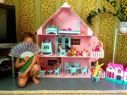 Большой кукольный домик с деревом (в комплекте 17 предметов мебели)