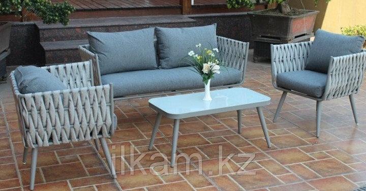 Комплект мебели . Двухместный диванчик, два кресла продольного плетения и столик.