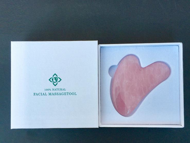 Скребок Гуаша из розового кварца в подарочной коробке - фото 1