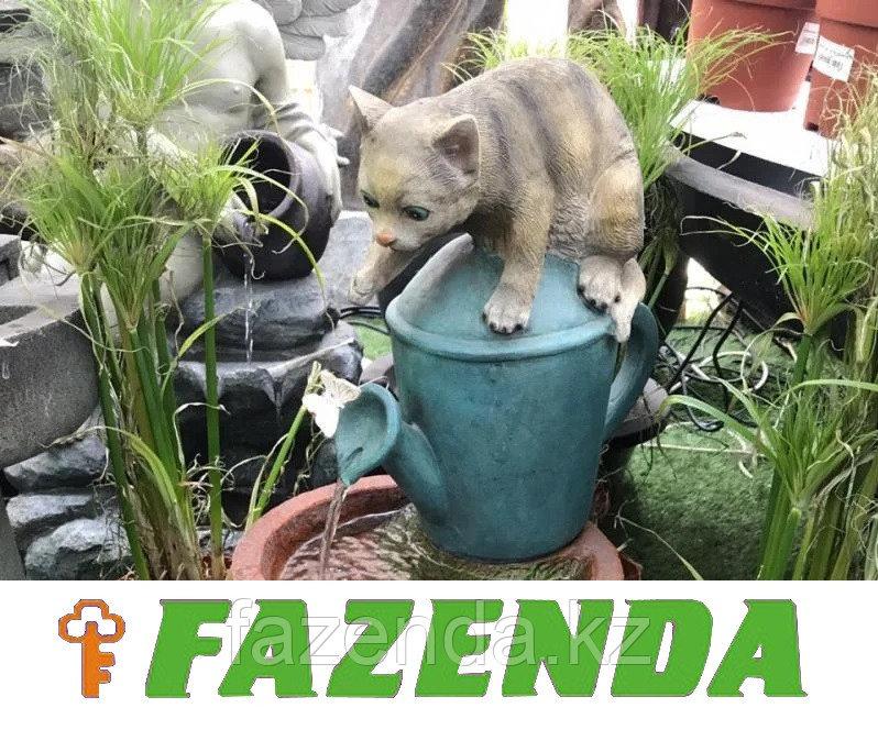 Фонтан кот в саду