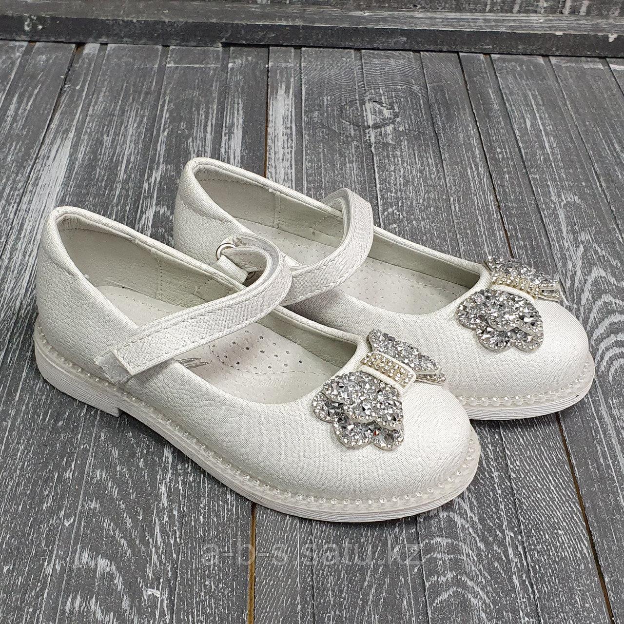 Туфли белые с крупными стразами