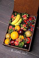 Подарочный набор с фруктами и цветами