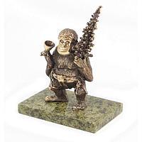 Статуэтка «Обезьяна с елкой и фужером» бронза змеевик