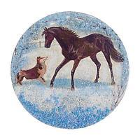 Магнит с рисунком «Конь с собакой» змеевик 110х110 мм.