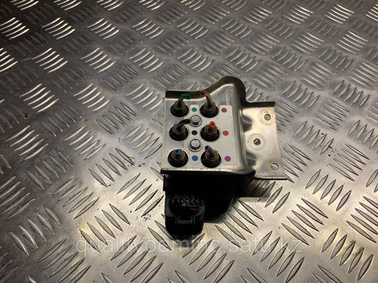 Блок клапанов пневмоподвески на Audi A8 D3/4E [2-й рестайлинг]