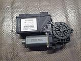 Моторчик стеклоподъемника задний правый на Volkswagen Phaeton 1 поколение, фото 2