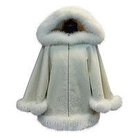 Шерстяное пальто-пончо с натуральным мехом белого цвета