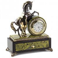 """Часы со шкатулкой """"Конь на дыбах"""" из бронзы и змеевика"""