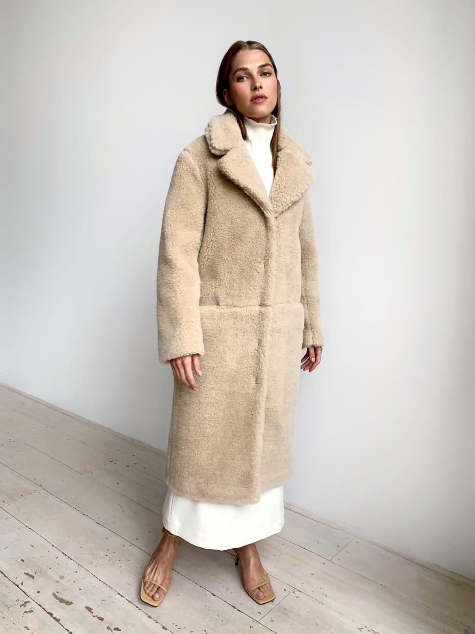 Шуба из натуральной стриженой овечьей шерсти длина 110 см, прорезные карманы, бежевый цвет - фото 1