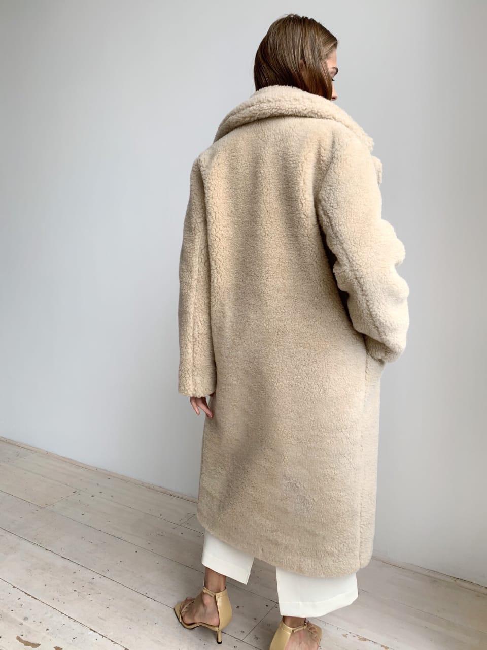 Шуба из натуральной стриженой овечьей шерсти длина 110 см, прорезные карманы, бежевый цвет - фото 3