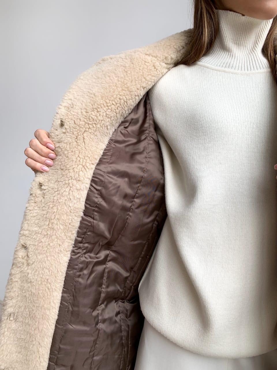 Шуба из натуральной стриженой овечьей шерсти длина 110 см, прорезные карманы, бежевый цвет - фото 4