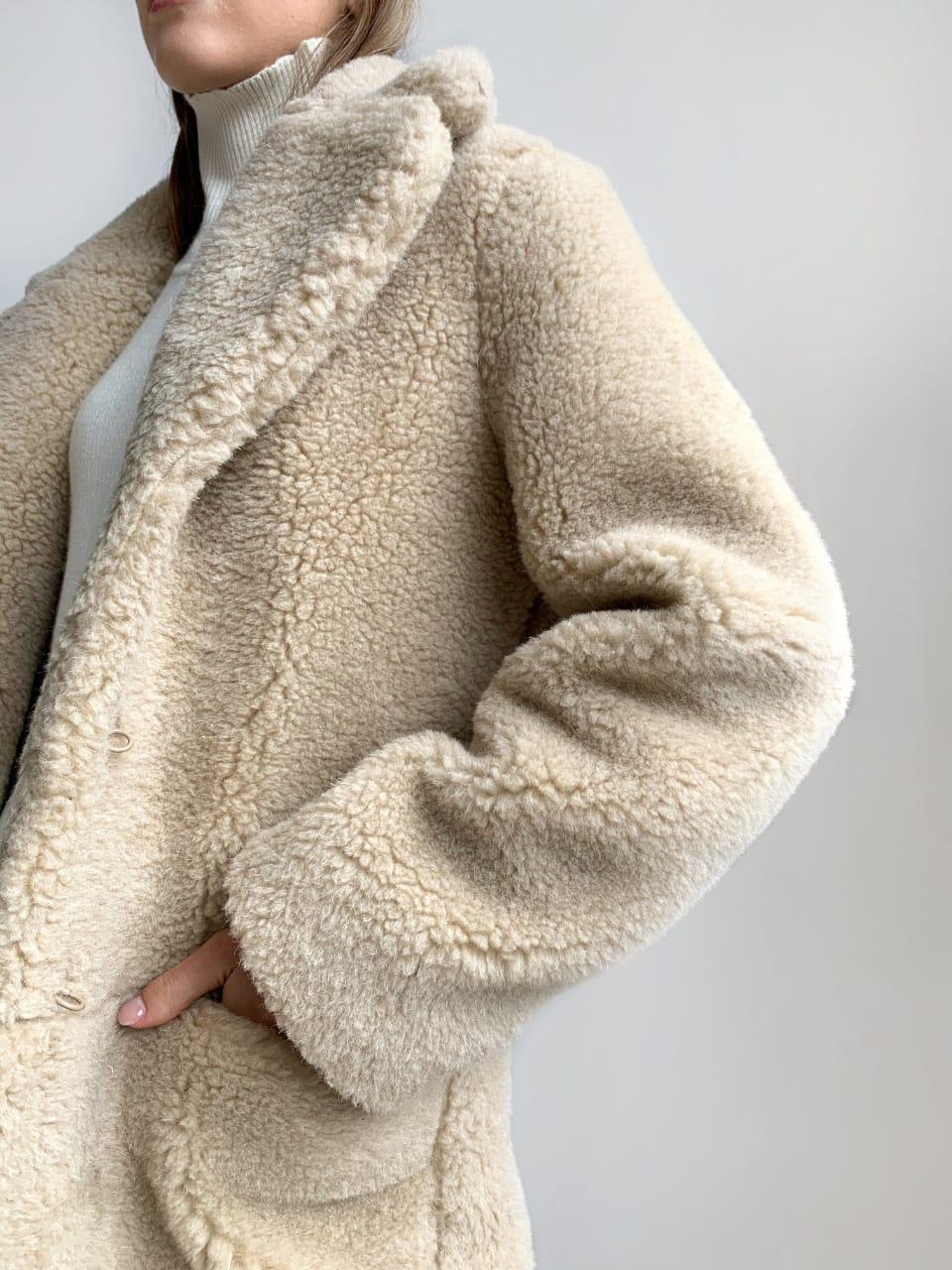 Шуба из натуральной стриженой овечьей шерсти длина 110 см, прорезные карманы, бежевый цвет - фото 5