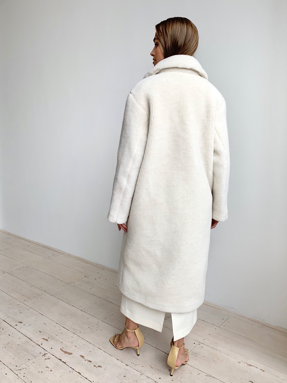 Шуба из натуральной стриженой овечьей шерсти длина 110 см, прорезные карманы, молочный цвет - фото 3
