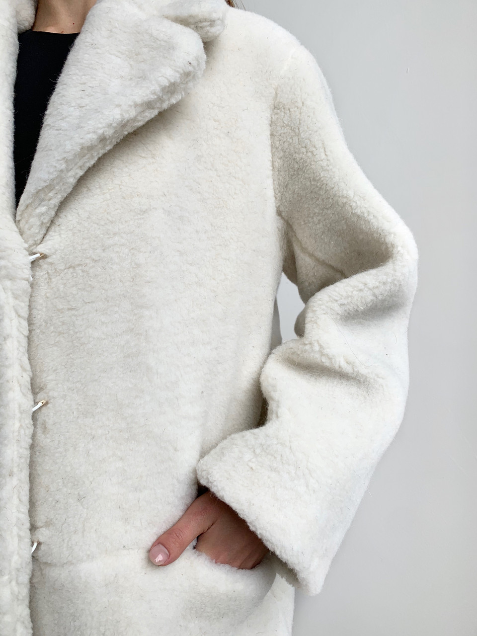 Шуба из натуральной стриженой овечьей шерсти длина 110 см, прорезные карманы, молочный цвет - фото 5