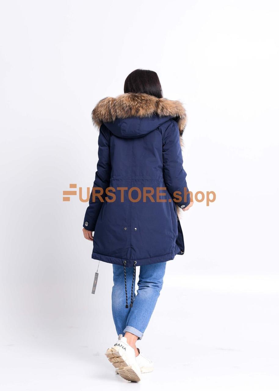 Синяя куртка парка с мехом енота - фото 2