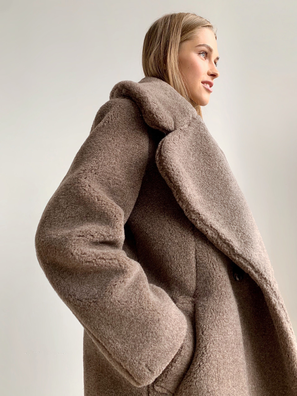 """Шуба из натуральной стриженой овечьей шерсти, длина 115 см, """"кокон"""", кофейный цвет - фото 4"""