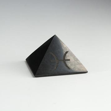 """Пирамида из шунгита """"Рыбы"""", полированная, 5 см"""