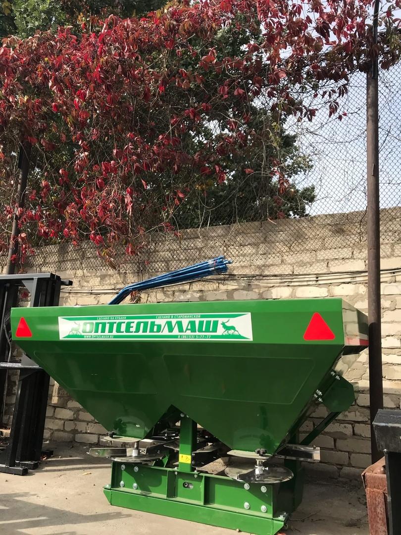 Разбрасыватель минеральных удобрений навесной 900L (Фермер)