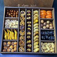 Подарок, коробка с орехами и сухофруктами