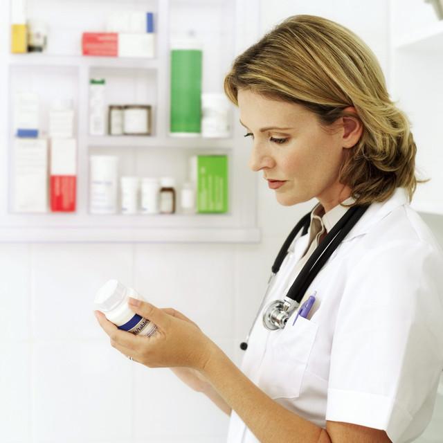 медсестра у шкафа