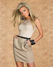 Бежевое платье с кружевом