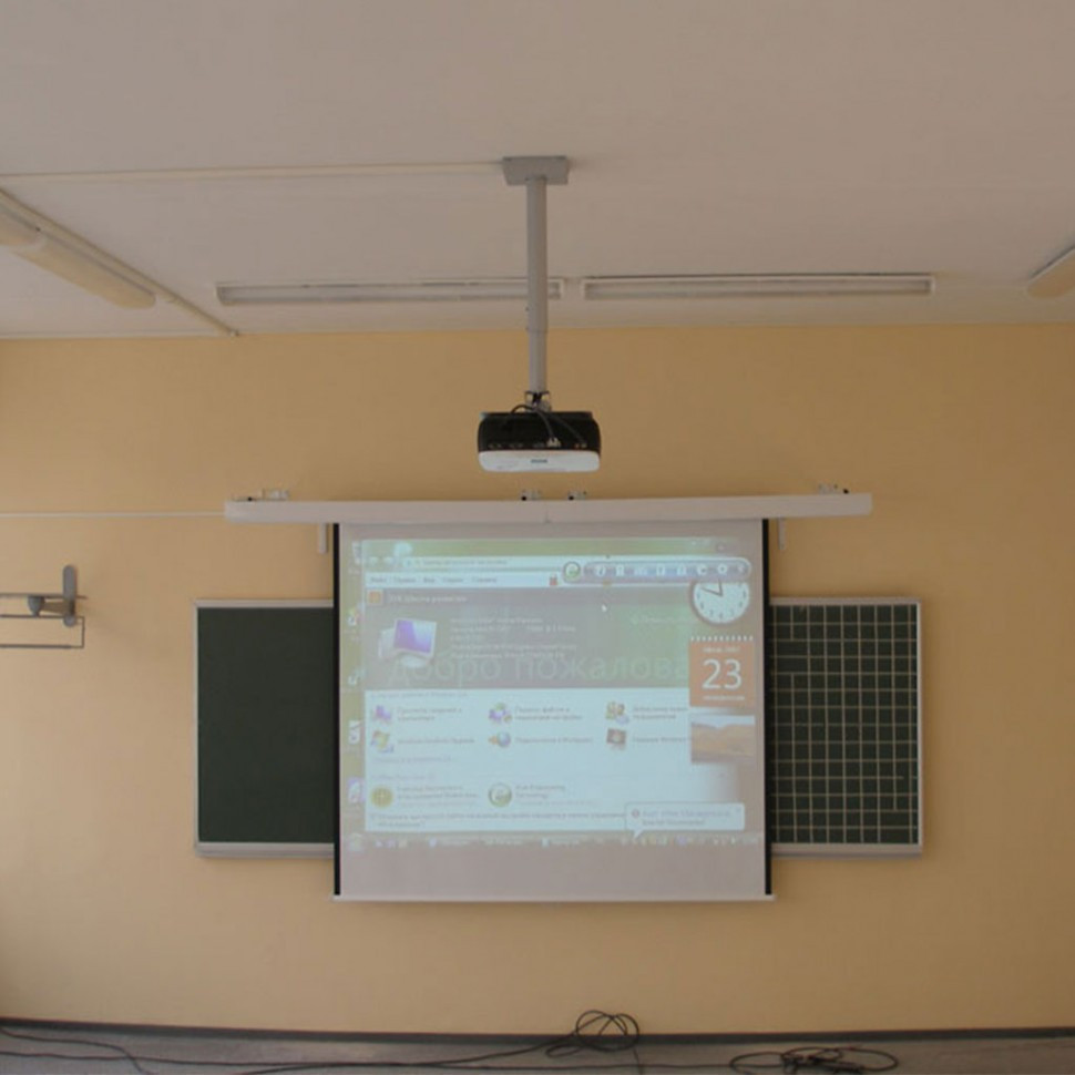 Монтаж механического экрана и проектора