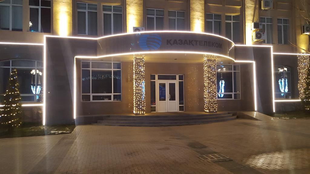 Новогоднее оформление фасада, входной группы домов и зданий в Алматы