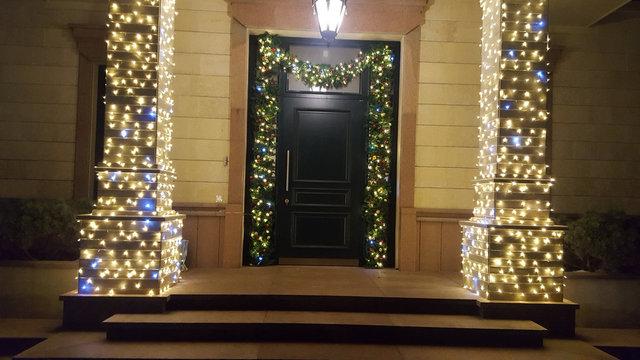 Новогоднее оформление входной группы частного дома.