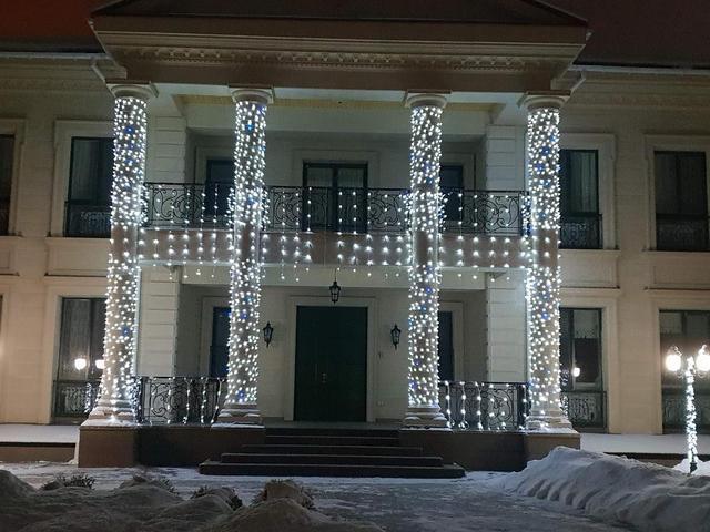 Новогоднее оформление фасада частного дома.