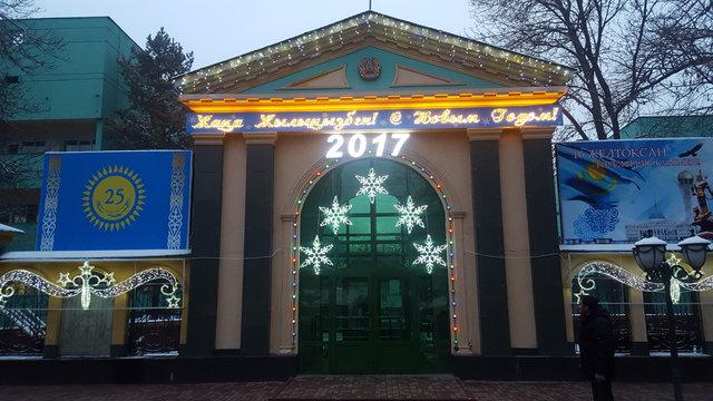 Новогоднее оформление главного входа ЦКБ.