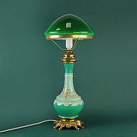 Настольная лампа с зеленым куполом.