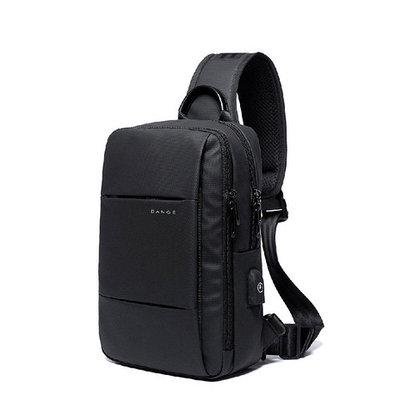 Стильная плечевая сумка BANGE BG77107 имеет лаконичный дизайн и плавные формы.