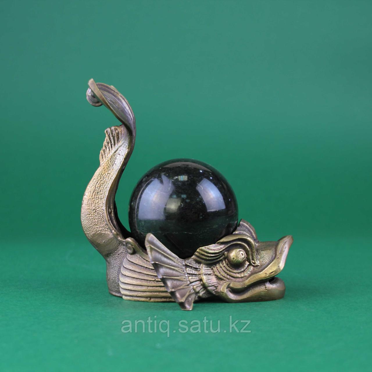 Рыба с шаром из камня. Бронза, литье, шар из натурального камня темно зеленого цвета. - фото 1
