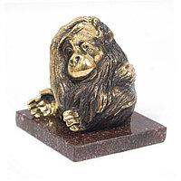 """Статуэтка """"Задумчивая обезьяна"""" из бронзы на подставке из камня"""