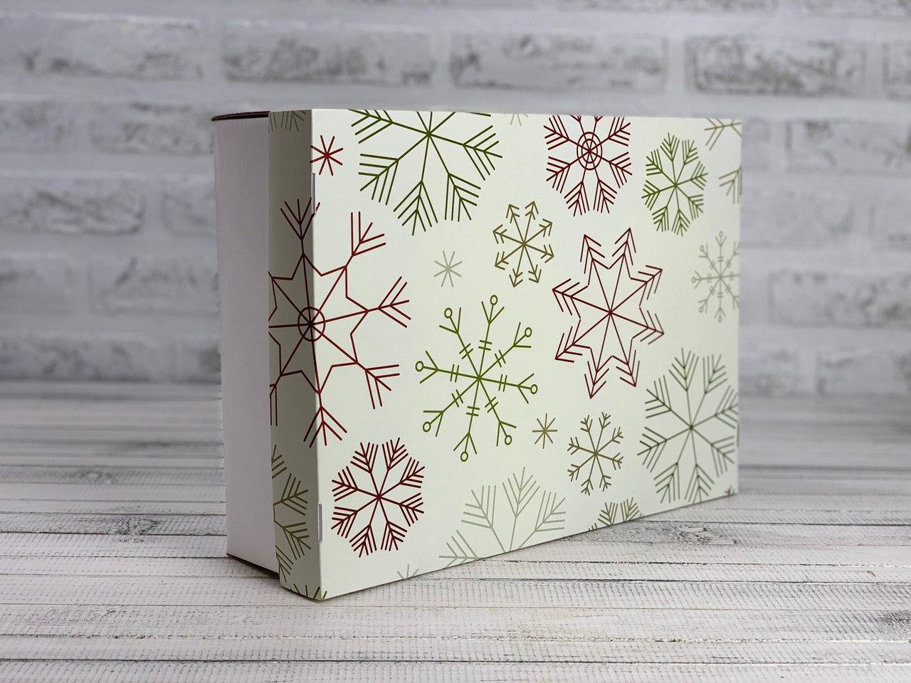 """Подарочная коробка """"Новогодняя"""". Размер: 35*25*9 см."""