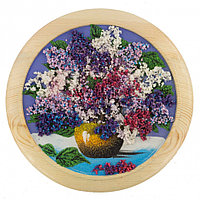 "Панно из камня ""Сирень"" на тарелке из дерева 30х30 см синий фон"