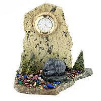 "Сувенирные настольные часы ""Заяц на скале"" камень змеевик"
