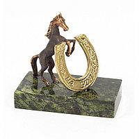 """Статуэтка в подарок """"Конь на дыбах с подковой на удачу"""" из бронзы и камня"""