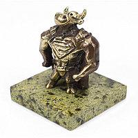 """Статуэтка из бронзы """"Бык супергерой"""" на подставке из змеевика"""