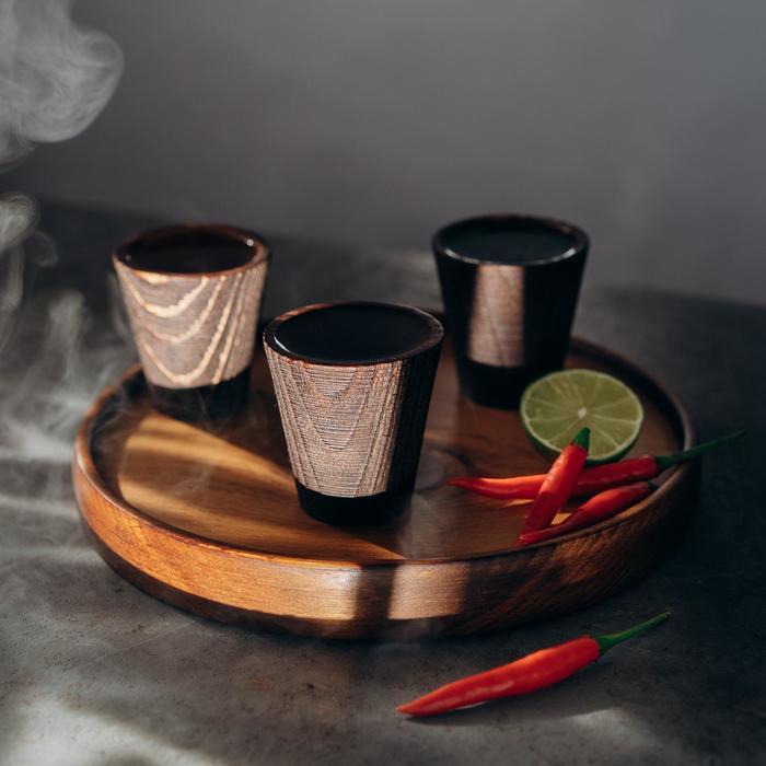 Набор рюмок с подносом из текстурированной натуральной сосны, 3 шт, цвет шоколадный
