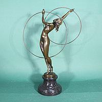 Гимнастка с обручами. Привезена из Голландии. ХХ век