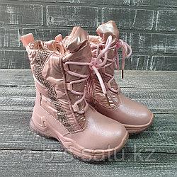 Сапожки розовые со шнурками и стразами
