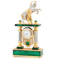 """Каминные часы """"Конь на дыбах"""" из малахита в подарочном кейсе из дерева"""