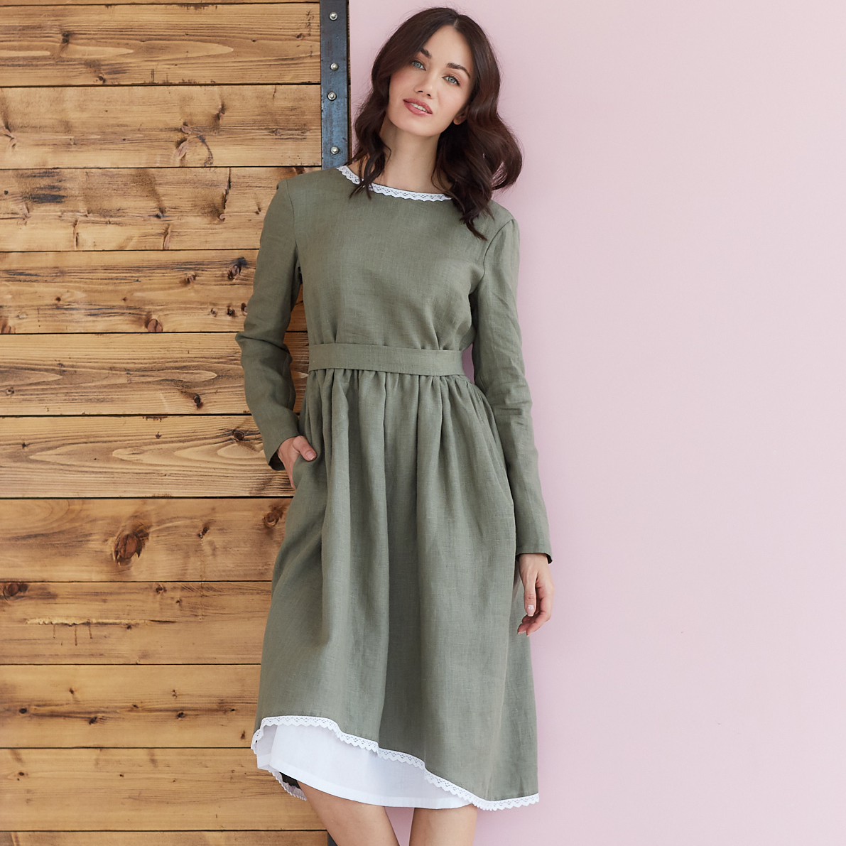 Платье женское льняное с хлопковым кружевом оливкового цвета - фото 2
