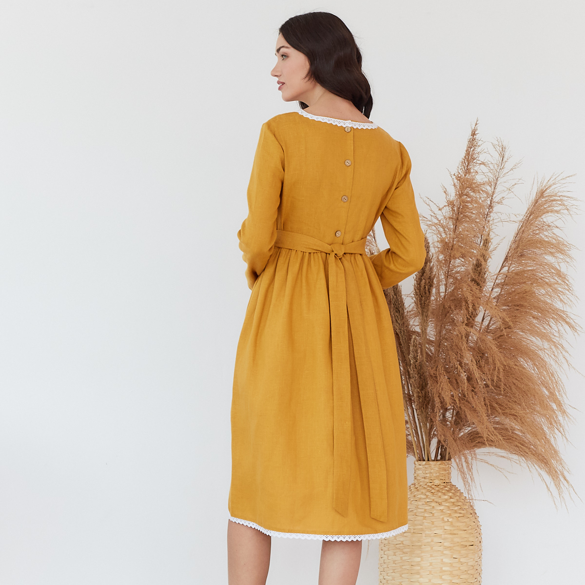 Платье женское льняное с хлопковым кружевом горчичного цвета - фото 2