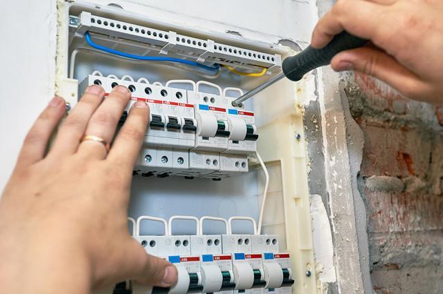 как заменить автоматический выключатель в электрощите