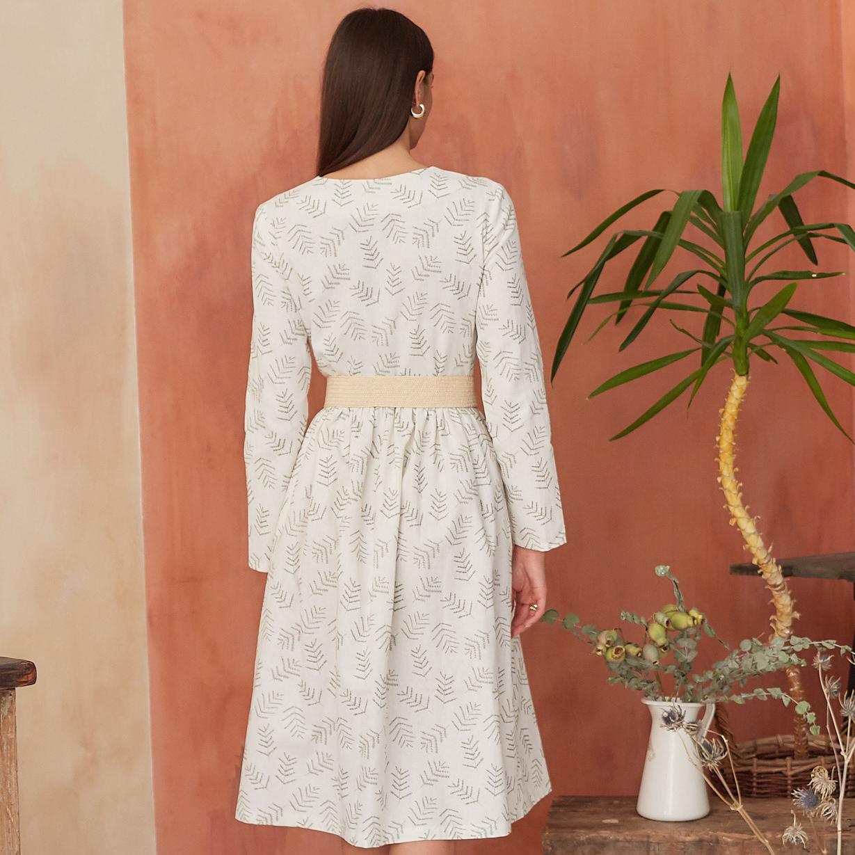 Платье женское на пуговицах молочного цвета с растительным принтом - фото 2