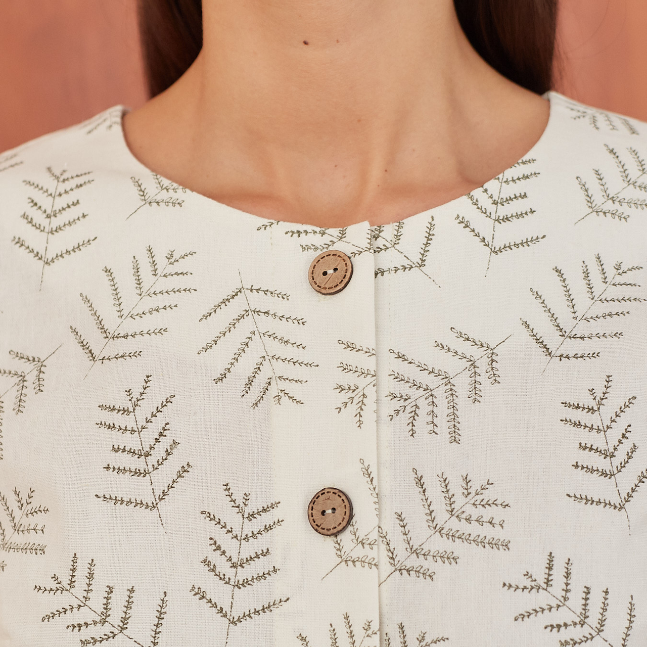 Платье женское на пуговицах молочного цвета с растительным принтом - фото 3