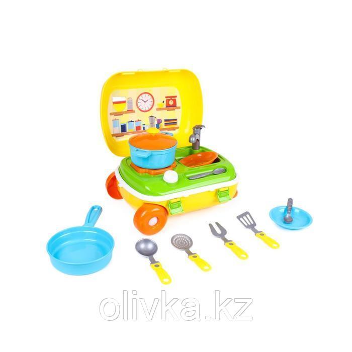 Кухня с набором посуды в жёлтом чемодане